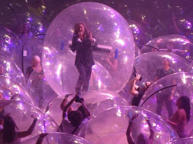 Singers perform live concert in bubblesThe famous American rock band, Fleming Lips, gave a live concert three days ago that no one objected to. At the concert, some spectators and children, including singers and musicians, were trapped in clear plastic bubbles and enjoyed the music.